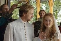 Král (David Matásek) předává na zámku Hluboká královskou korunu Janovi.