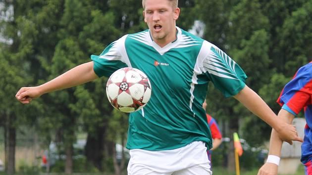 Útočník Jaroslav Příhoda dal za SK Čtyři Dvory Chýnovu dva góly a jeho tým slavil důležité vítězství.