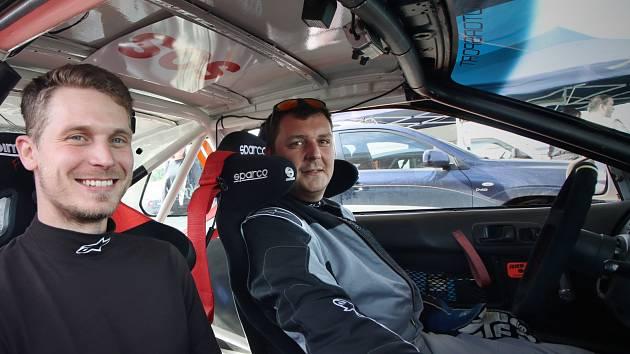 Poprvé v kariéře se Jiří Jevický (vpravo) posadil za volant soutěžního vozu, navigoval ho jeho parťák Václav Šejda.