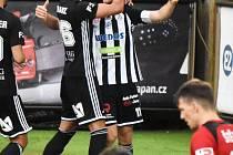 Patrik Čavoš přijímá gratulace ke svému gólu na 1:0. Fotbalisté Dynama vyhráli s Olomoucí po zásluze.