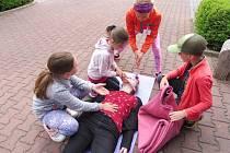 Pětičlenné posádky na Oblastním kole soutěže Mladých zdravotníků řešili hypotetické situace od volání záchranky, přes péči při epileptickém záchvatu, až po dýchání z úst do úst.