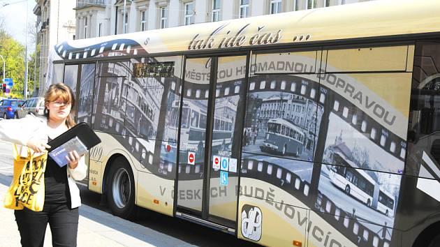 Kulaté výročí dopravního podniku připomíná celovozová reklama, kterou mohou obyvatelé krajské metropole vidět v těchto dnech na některých autobusech MHD. Vlastní oslavy stoletého výročí připadají na polovinu června.