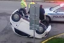 Kuriózní nehoda na křižovatce ulic Klostermannova a Čéčova v Českých Budějovicích.