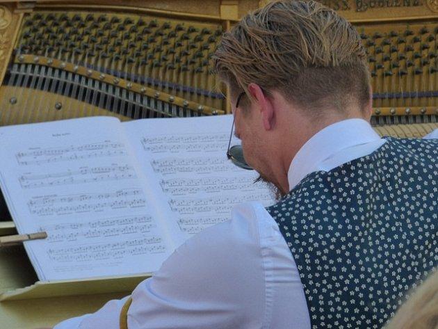 Budějovicemi se v těchto dnech linou tóny piana.