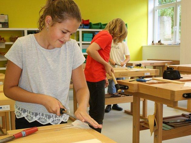 Do výroby dřevěných žabek se včera pustili osmáci ze Základní školy Hlinecká v Týně nad Vltavou. Zároveň si tak s chutí vyzkoušeli i zbrusu nové vybavení zrekonstruovaných školních dřevodílen a kovodílen.