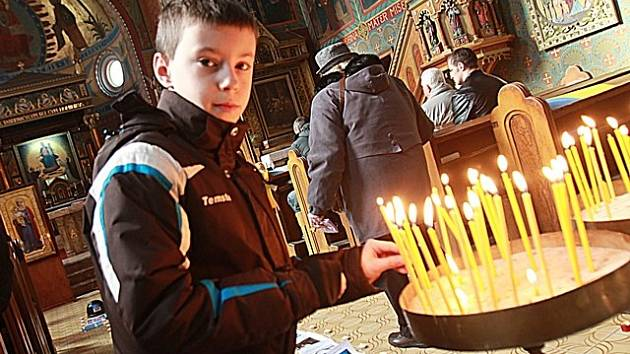 Lidé  z Ukrajiny se sešli na mši v kostele Panny Marie Růžencové, kde se modlili za oběti na Majdanu.
