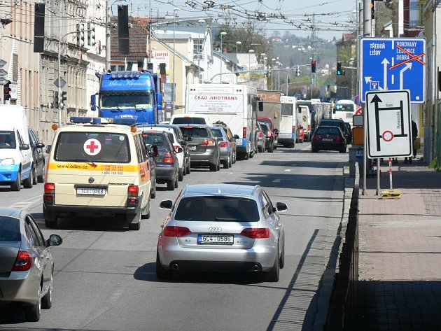 Dobrovodská ulice zůstane od 22. dubna do 2. května 2015 úplně uzavřena v úseku mezi ulicemi Rudolfovská a Plynárenská.