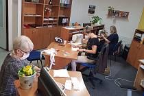 Úředníci lišovského úřadu, ale i učitelky základní školy šijí roušky pro obyvatele města.