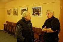 Fotograf Václav Vašků (vpravo) vystavuje snímky z Černobylu.