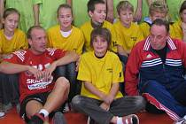 Trenér Jaroslav Školaudy se svou třídou a Michalem Sládečkem.