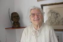 Marie Zahradníčková s bustou svého manžela Jana Zahradníčka.