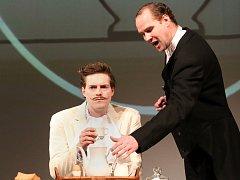 Sluha Jeeves (hraje Pavel Oubram) byl předobrazem pro Saturnina