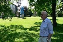 Památník čekající na odhalení na novém místě v parku za vědeckou knihovnou.