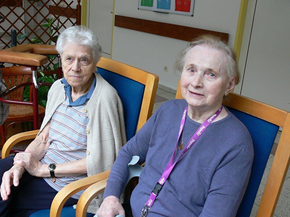 Miloš Zeman navštívil G-centru Tábor,na něj čekaly vpravo Marie Marunová (81), vlevo Marta Mrázová (86)