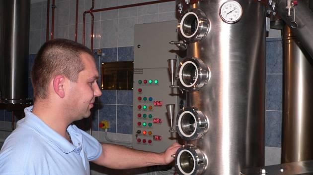 Uvnitř bývalého vepřína, postaveného v roce 1956, se ve Hvozdci skví nový kotel. Čtyři klapky umožňují ovládání destilačního procesu.