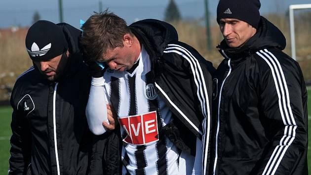 Richard Kalod pro zranění nedohrál, před koncem první půle v doprovodu maséra Jiřího Rotbauera a spoluhráče Pavla Nováka opouští hrací plochu.