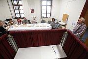 Během prvních minut voleb přišlo na Obecní úřad v Trhových Svinech volit 21 voličů.