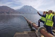 Firma při práci na potrubí.