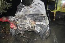 Dva muže dostali lidé ven před požárem auta.
