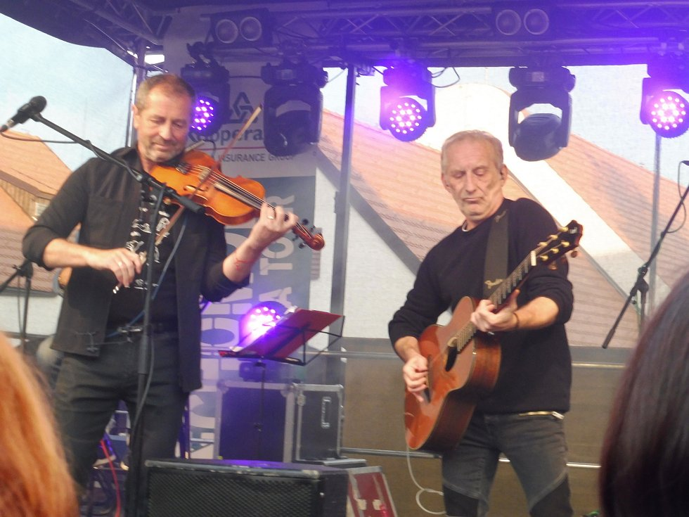 Na nádvoří borovanského kláštera hrála kapela Čechomor. Na snímku Karel Holas a František Černý.