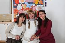 """""""To je krása nesmírná a vesmírná"""" a """"Netlačte na pííílu,"""" říkala maminka Markétka Tůmová. Na snímku zleva Bohunka Trhlíková, Irenka Kovářová a Alenka Kučerová."""