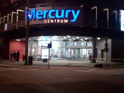 Nezvyklé ztichlé obchodní centrum Mercury v Českých Budějovicích a jeho okolí. Důvodem je nález podezřelého zavazadla.