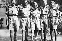 Plukovník Milan Malý na snímku stojí uprostřed mezi svými válečnými přáteli na Středním východě.