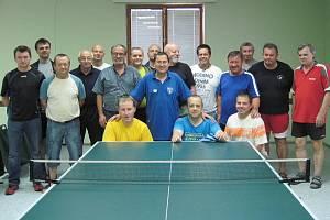 Společná fotografie stolních tenistů, kteří hráli turnaj v herně Na Kopečku. Dole vlevo v pokleku jeden z vítězů, zlivský Martin Duspiva, nahoře zcela vpravo pak jeho partner z dvojice týnský Václav Bečvář.