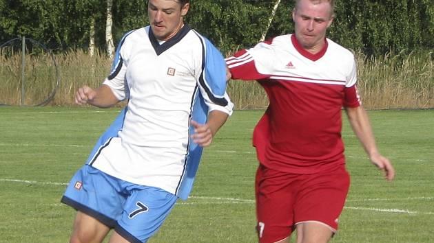 Domácí Pfeffer (vlevo) a Schober bojují o míč v podzimní premiéře mezi Křemží a Dřítní (4:1). Druhý zápas proti zástupci Českokrumlovska vyšel fotbalistům Dřítně lépe, doma remizovali s Větřní 2:2. Do třetice je čeká derby v blízké Zlivi!