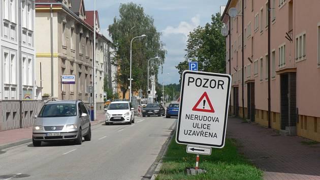 Kompletní rekonstrukce uzavřela Nerudovu ulici v Českých Budějovicích od 10. června. Práce mají v několika etapách trvat do 15. prosince.