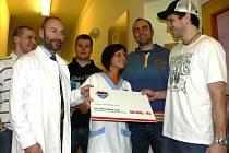 Šek předává do rukou sestřicky Lucie Vejvodové Ondřej Veselý. Nechyběl zde ani Tomáš Vak, Ján Mucha či Štěpán Hřebejk (zprava) a samozřejmě také zástupce primáře dětské kliniky Jiří Klíma (v plášti).