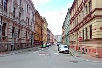V českobudějovické Skuherského ulici (na snímku) vznikl v zástavbě z 19. století hotel a přináší to dopravní komplikace.