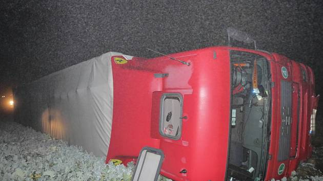 U Strakonic se ve čtvrtek večer převrátil kamion s umělými střívky. Provoz na silnici byl obnoven po více než deseti hodinách.