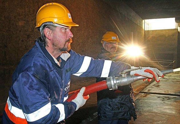 Zaměstnanci firmy ČEVAK čistili akumulační komoru v Úpravně vody Plav. Zabralo jim to asi pět hodin. Údržbu budou muset zopakovat za půl roku. Na snímku Petr Beran (s hadicí) a Josef Presl.