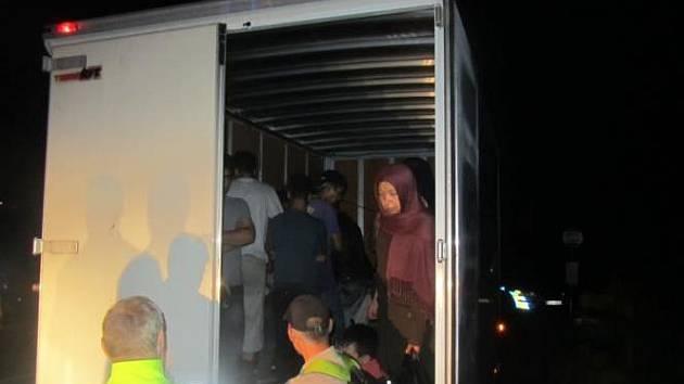 26 lidí, nejspíš z Afghánistánu, se tísnilo v dodávce slovenského řidiče, jehož zastavili minulý týden policisté u Horní Vltavice.