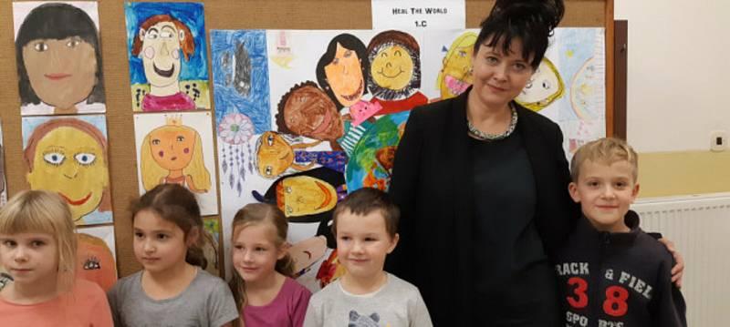 Děti v Rudolfově si připomněly poválečný obrázek novými malbami. Ocenila je i Pavla Gamba v roce 2018, ředitelka UNICEF ČR.