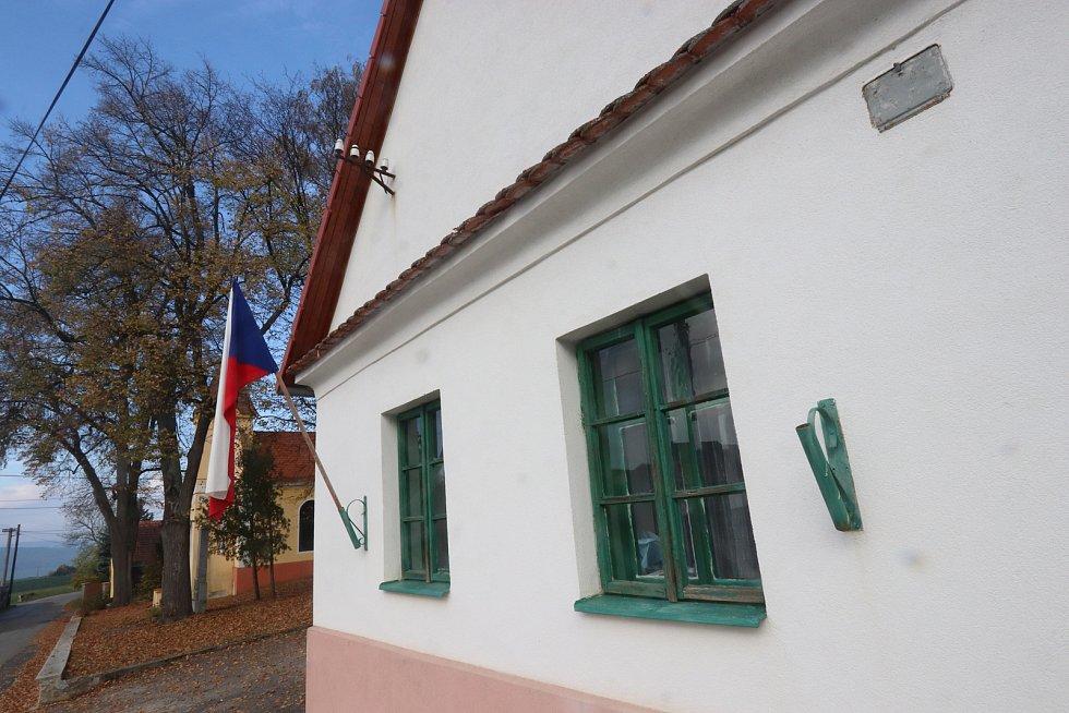 Volební místnost v knihovně v Třitimi u Týna nad Vltavou.