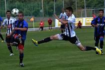 Roman Wermke přispěl k výhře Dynama nad juniory Brna (10:1) dvěma góly (na snímku bojuje s Davidem Konečným).