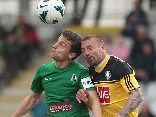 Tomáš Řepka (na snímku z Jablonce bojuje s Davidem Lafatou) dle trenéra Soukupa ve čtvrtek v Rakousku hrát nebude.