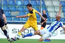 Michala Klesu v letošním utkání Dynama v Mladé Boleslavi stíhá domácí stoper Petr Johana.