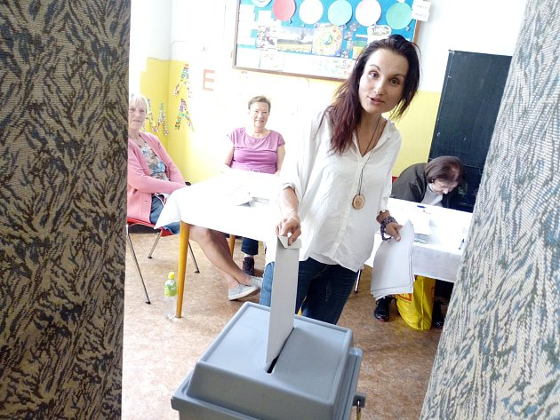 Ve volebním okrsku č. 24vZŠ Nová volí prý hlavně střední generace. Zmladší generace odvolila například Michaela Ševčíková.