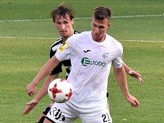 Pavel Novák v zápase Dynama s Ústím (2:0) atakuje hostujícího Lukáše Matějku.