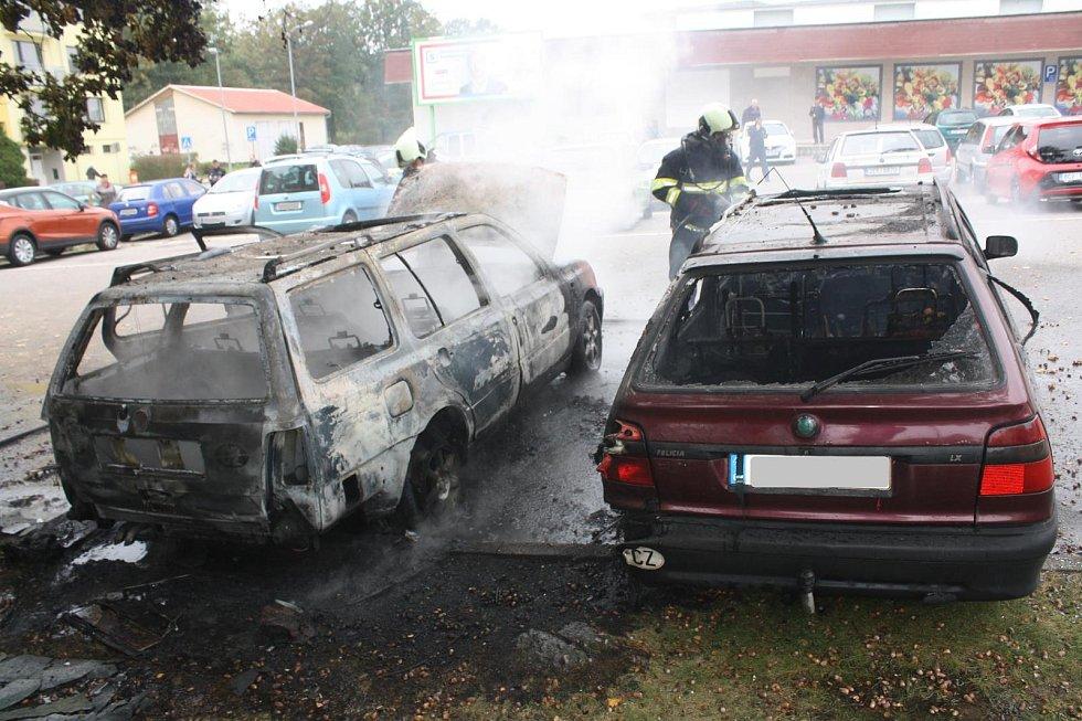 Hořící vozidlo v ulici Antonína Barcala.
