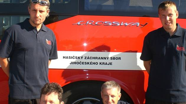 Jihočeského kraje měl v týmu čtyři zástupce (zleva): brankář M. Nývlt (PS Soběslav), asistent trenéra J. Hošna, řidič Vl. Pražák (oba CPS Č. Budějovice) a stoper K. Trantina (CPS Písek).
