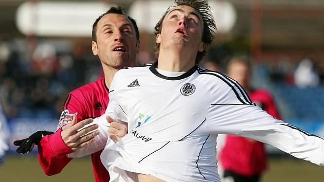 Roman Lengyel v Hradci Králové bojuje s domácím Dvořákem.