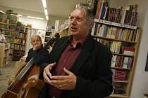 Spisovatel Hynek Klimek (na snímku z autogramiády v budějovickém knihkupectví Beseda) vydal knihu Šumava – Sušicko. Jde o další díl zamýšlené pětisvazkové kolekce, v níž propojuje statě z historie a místopisu s pověstmi.