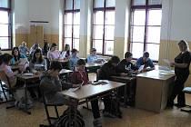 Děti ze šestých až devátých tříd ZŠ Máj I v pondělí zasedli do lavic v ZŠ J. Š. Baara. Na snímku si prohlížejí pokyny k přesunům mezi školami