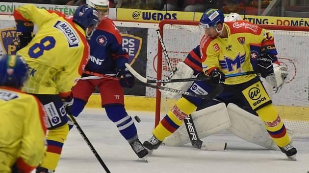 Jiří Šimánek (ve žlutém a Václav Karabáček (č. 8) se snaží prosadit před brankou gólmana Třebíče Pavla Jekela.