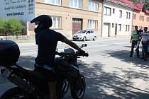 Na archivní fotografii ze začátku srpna je policejní kontrola motorkářů v Lišově. Pavel Vítů z Budějovic (na snímku) ji tehdy zvládl bez sebemenších problémů.