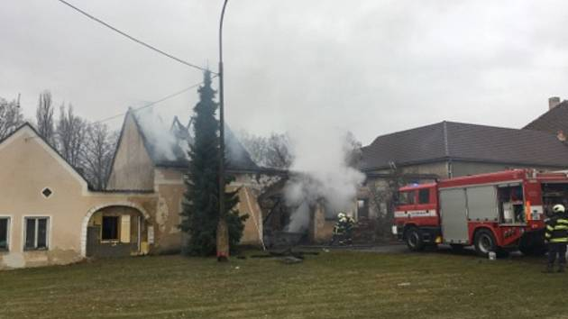 Stodolu i část obytného stavení zasáhl v sobotu ráno požár, majitelé jsou lehce zraněni.